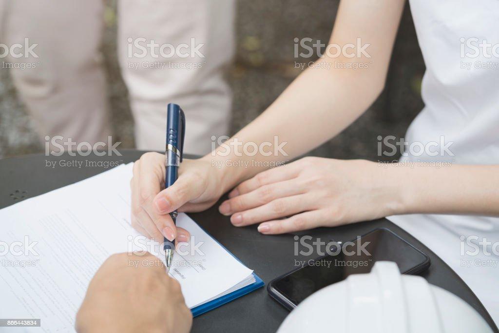 Eine Geschäftsfrau verhandeln einen Geschäftsabschluss oder contracting und unterzeichnen einen Vertrag, Verhandlung Geschäftskonzept – Foto