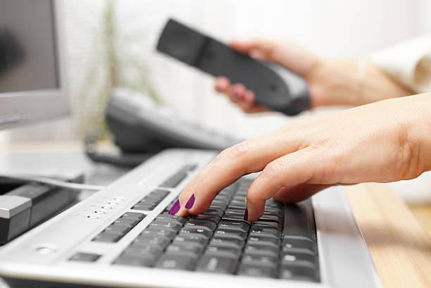 geschäftsfrau ist tippen auf der tastatur und folgen sie dem ruf. - rechtsassistent stock-fotos und bilder