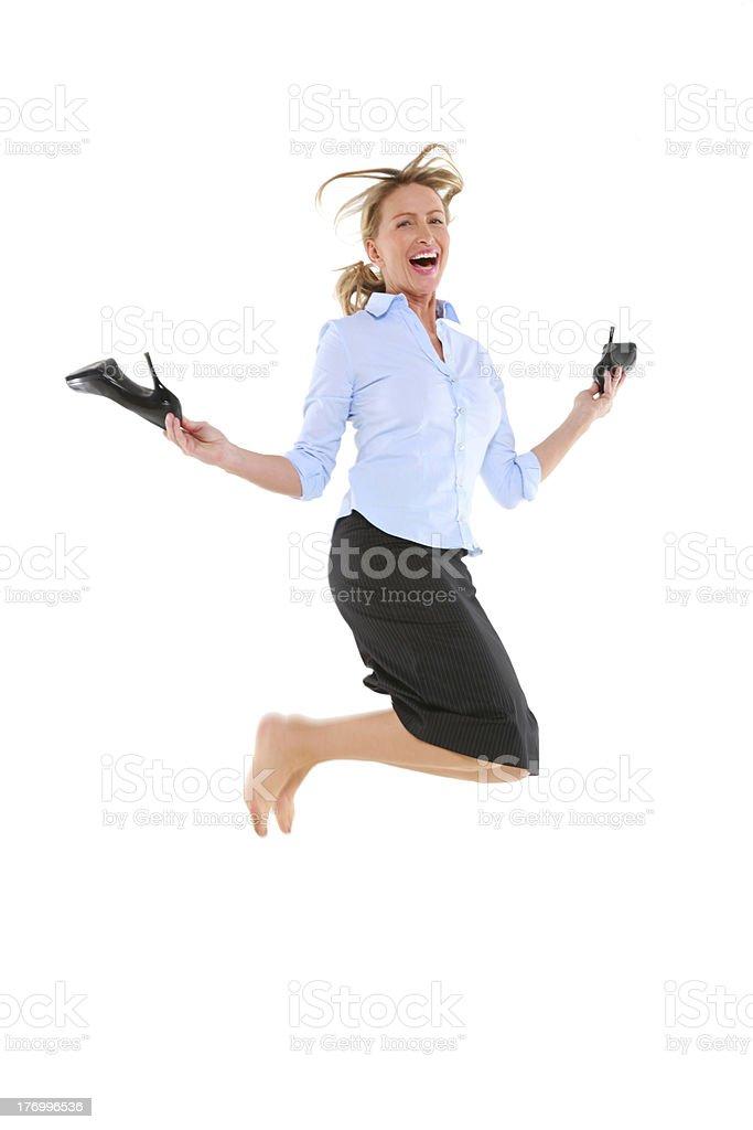 Деловая женщина прыжки с обувь в руке стоковое фото