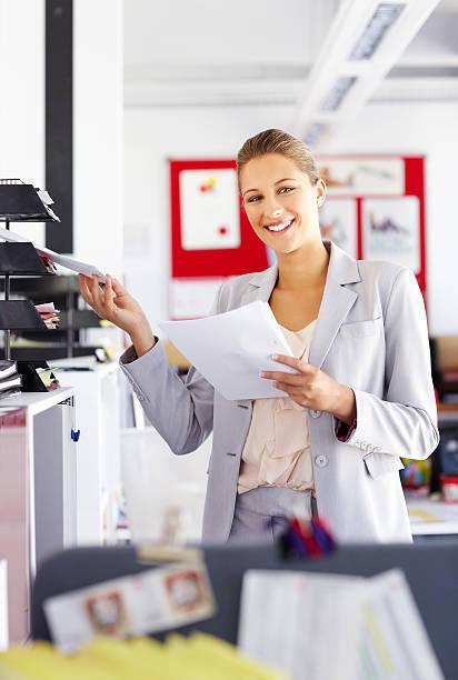 geschäftsfrau, die dokumente in papierform/tee-sortiment - papierrollenhalter stock-fotos und bilder