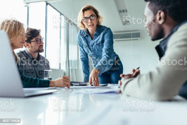 Businesswoman Leading Business Presentation - Fotografias de stock e mais imagens de Adulto