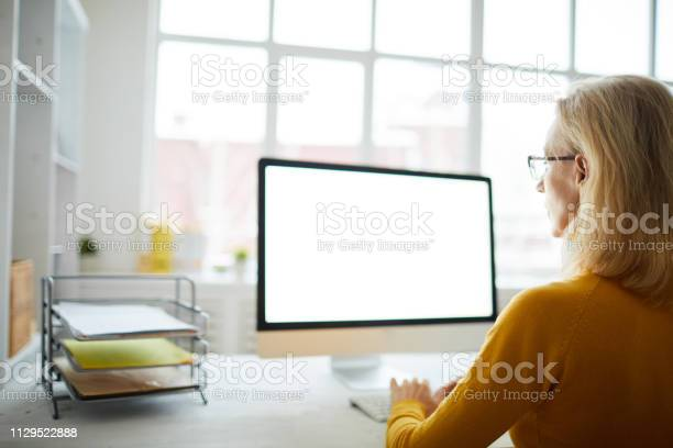Businesswoman looking at blank screen picture id1129522888?b=1&k=6&m=1129522888&s=612x612&h=llmrlha2yzthxqlwxiccnqieveqzw  woimrd15rm k=