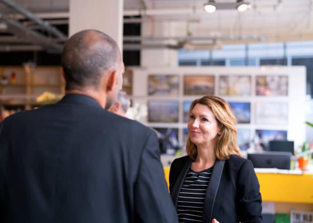 Geschäftsfrau, die Kollegen im neuen Amt zu betrachten – Foto