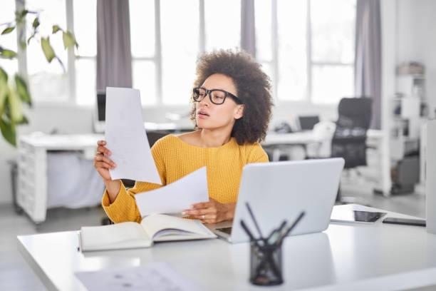 Geschäftsfrau schaut sich Papierkram an. – Foto