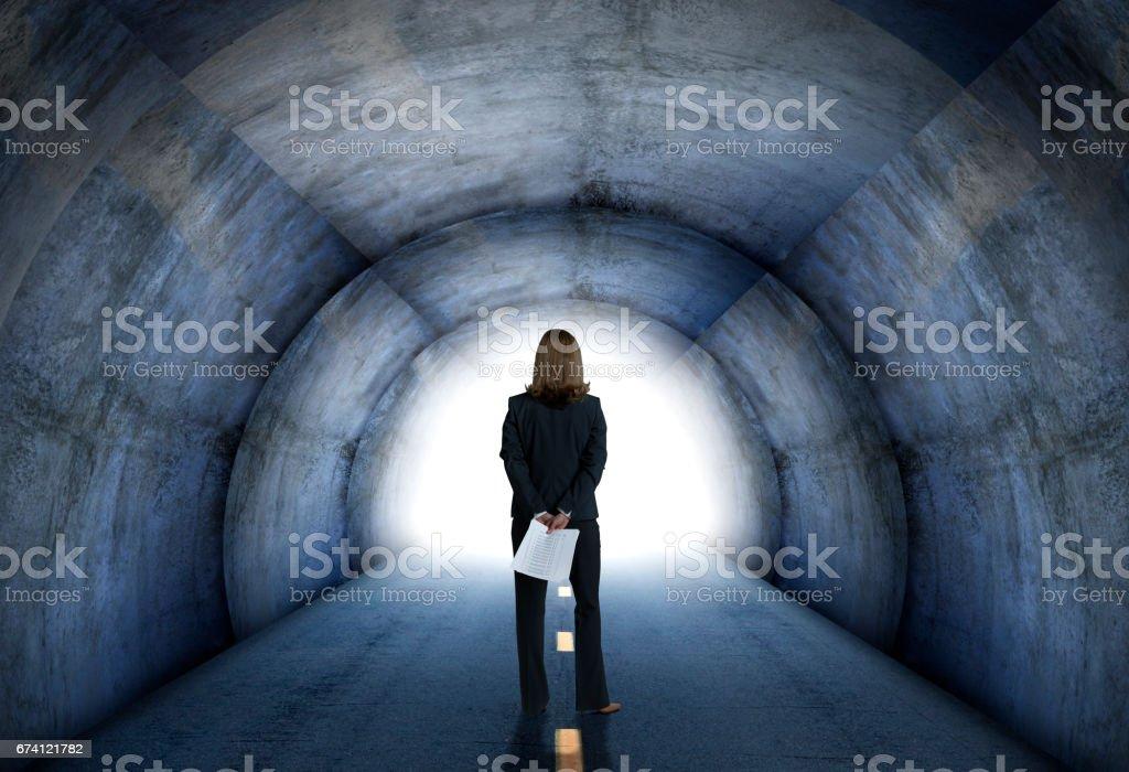 女商人在隧道盡頭朝光 免版稅 stock photo