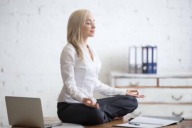 kobieta biznesu medytacji w swoim biurze - poprawna postawa zdjęcia i obrazy z banku zdjęć