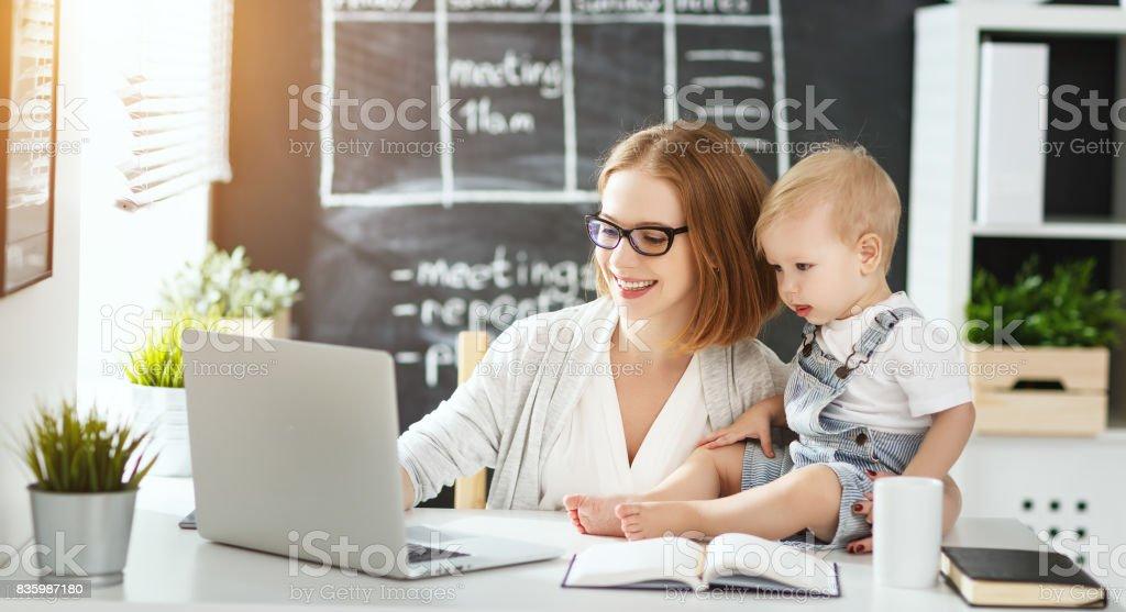 Femme d'affaires mère femme avec enfant en bas âge, travaillant à l'ordinateur - Photo