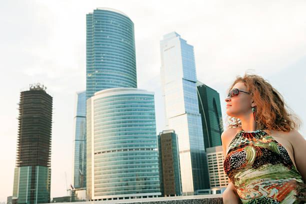 Geschäftsfrau in modernen Gebäude – Foto
