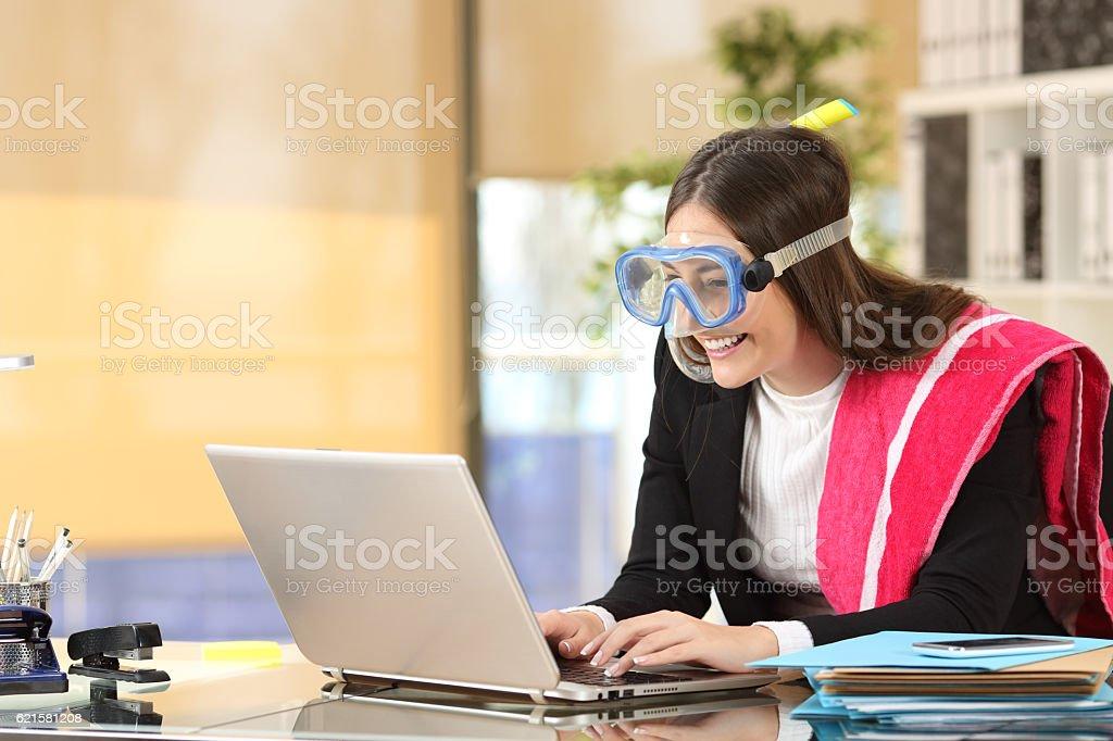 Businesswoman needing vacation booking at job – Foto