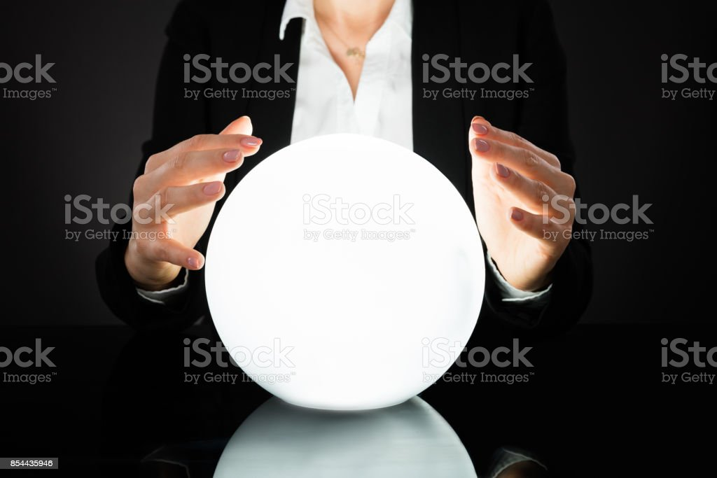 Empresaria en bola de cristal - foto de stock