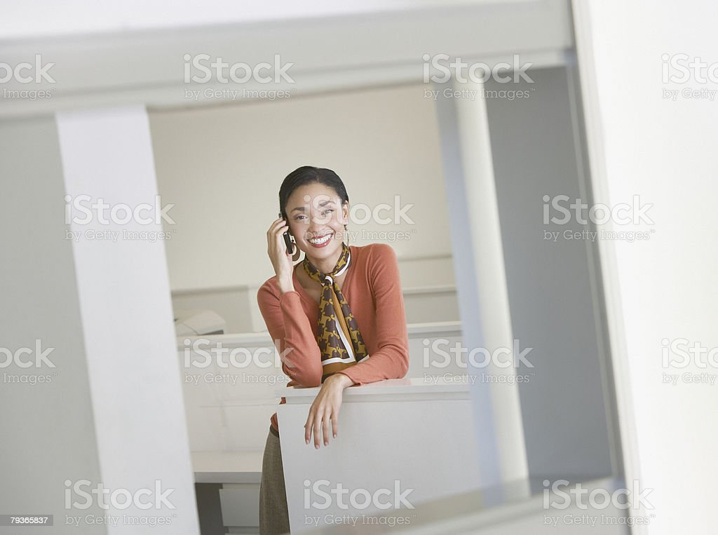 Mulher de Negócios em seu Telefone Móvel foto de stock royalty-free