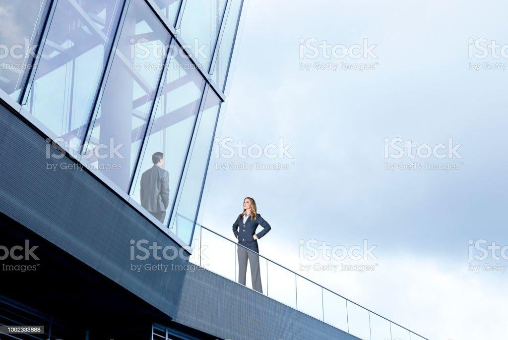 Geschäftsfrau auf Outside Looking In – Foto