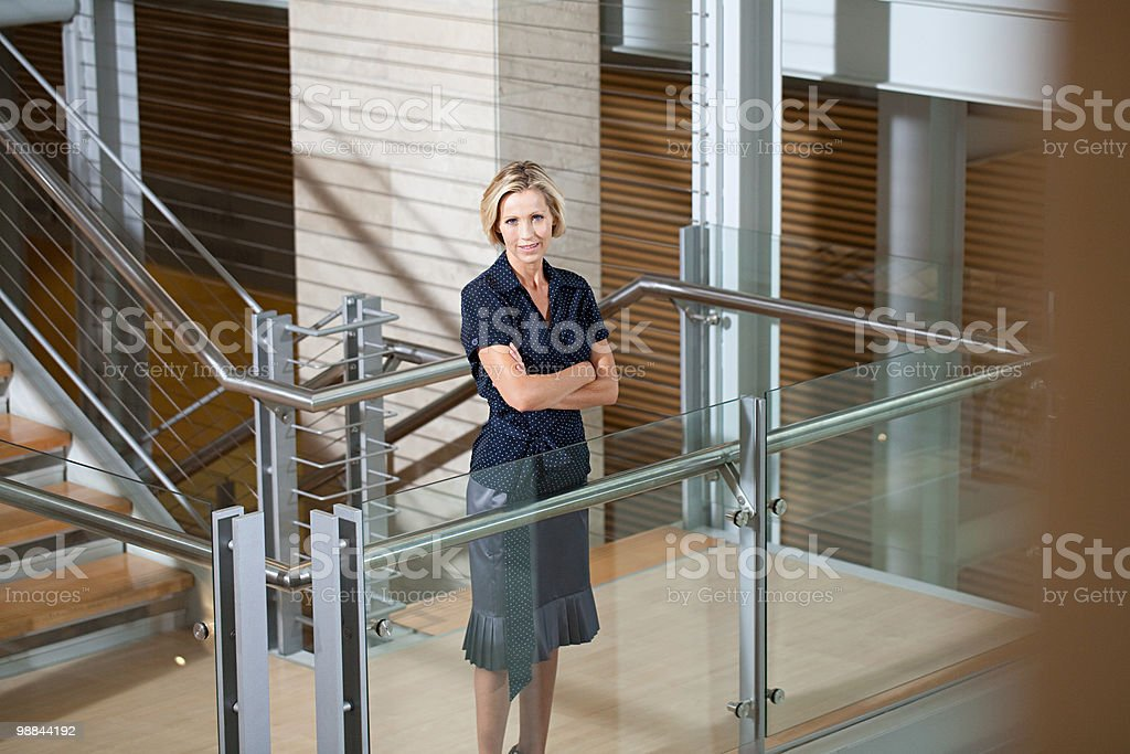 Businesswoman on stairwell royalty free stockfoto