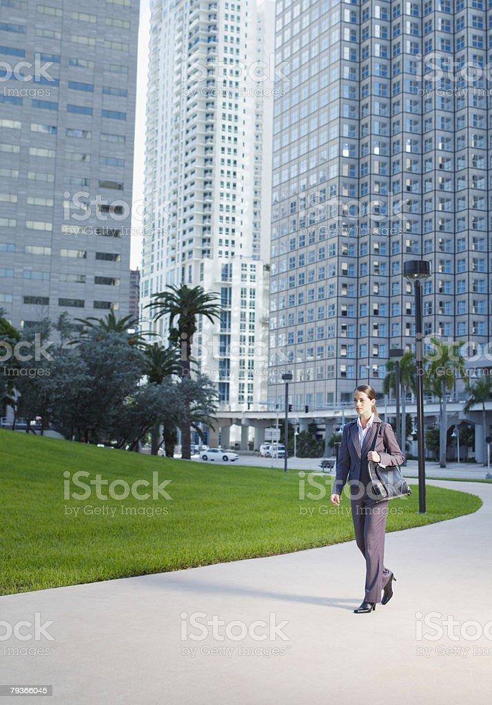 Geschäftsfrau im Freien auf dem Pfad in der Nähe der street Lizenzfreies stock-foto