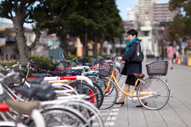 実業家駐車場自転車 - 女性会社員 ストックフォトと画像