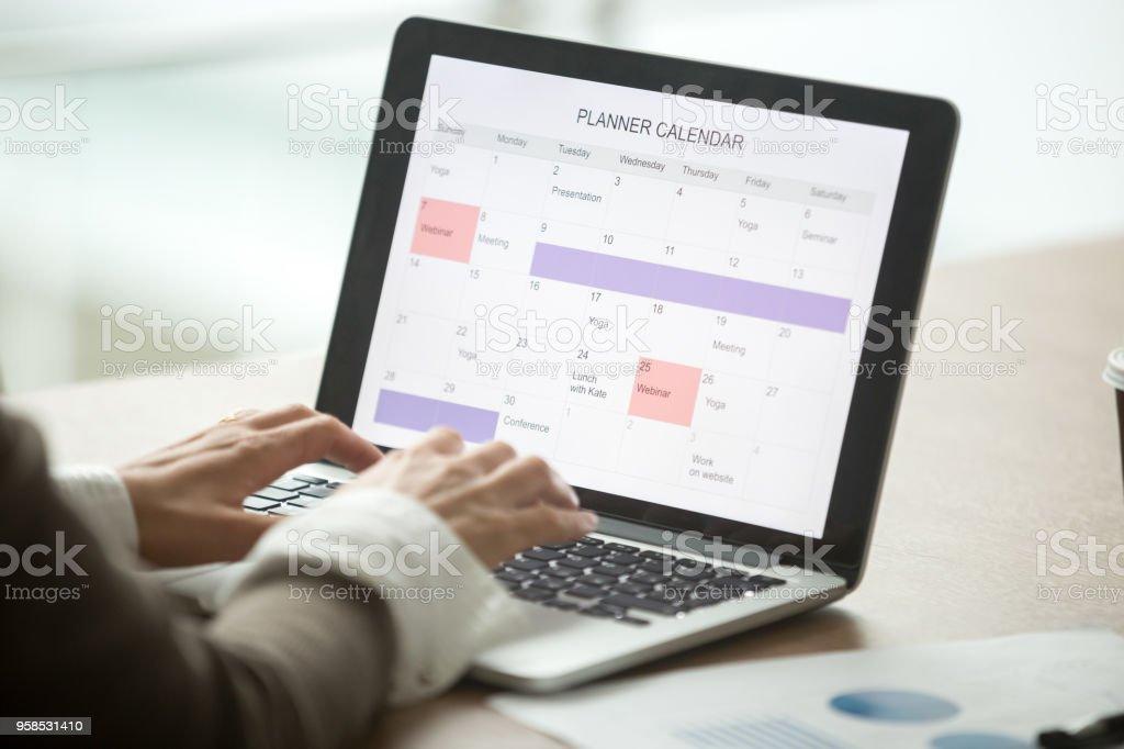 Geschäftsfrau Planung Tag mit digitalen Kalender auf Laptop, Nahaufnahme - Lizenzfrei Berufliche Beschäftigung Stock-Foto