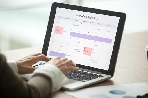 Geschäftsfrau Planung Tag Mit Digitalen Kalender Auf Laptop Nahaufnahme Stockfoto und mehr Bilder von Berufliche Beschäftigung
