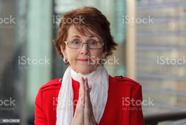 Bizneswoman Modląc Się O Sukces - zdjęcia stockowe i więcej obrazów 70-79 lat