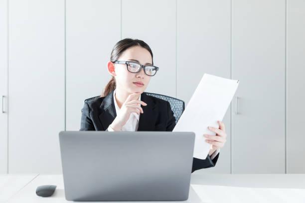 実業家で文書を読みます。 - パソコン 日本人 ストックフォトと画像