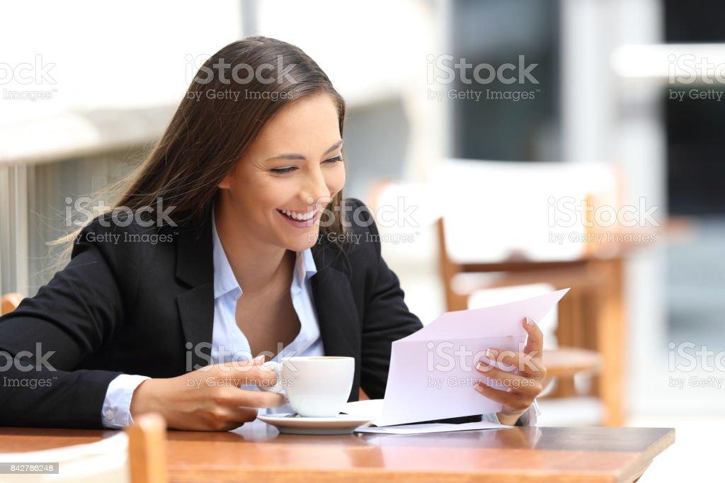 Femme lisant une lettre dans un coffee shop - Photo