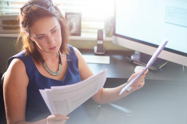 бизнесвумен читает через документы клиента - письмо документ стоковые фото и изображения
