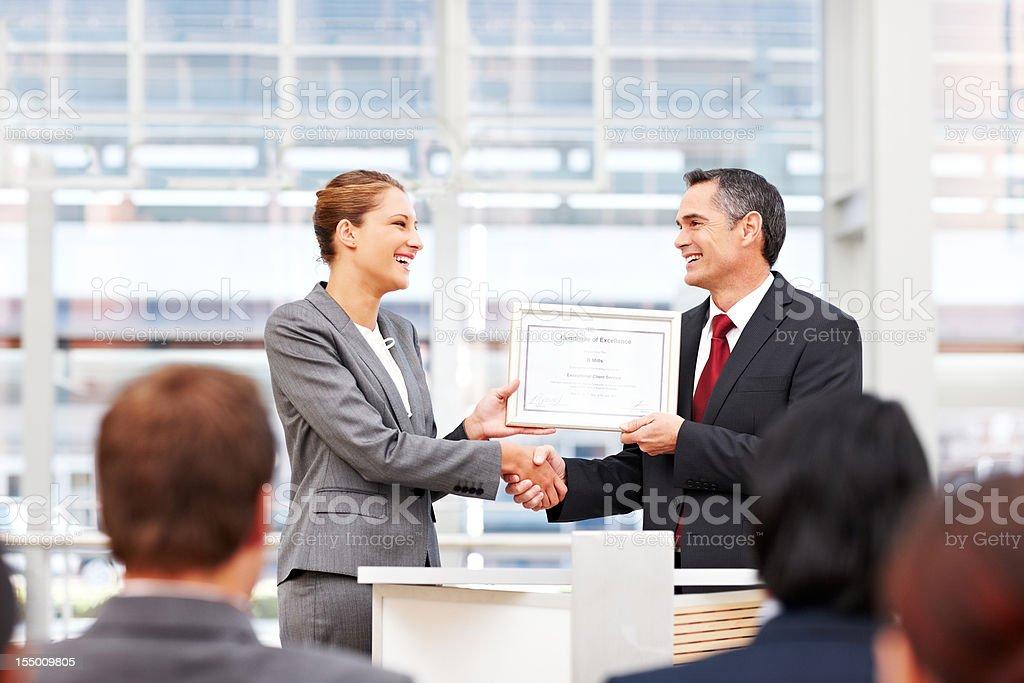 Donna d'affari di ricevere un premio - foto stock