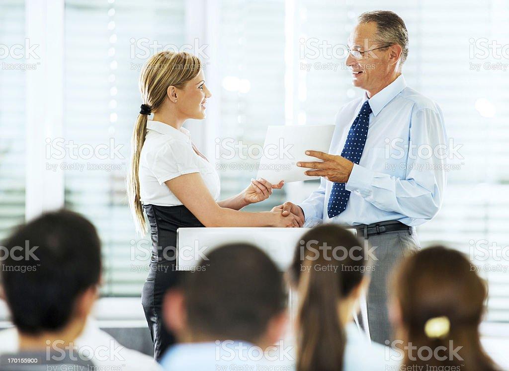 Donna d'affari di ricevere un premio. - foto stock
