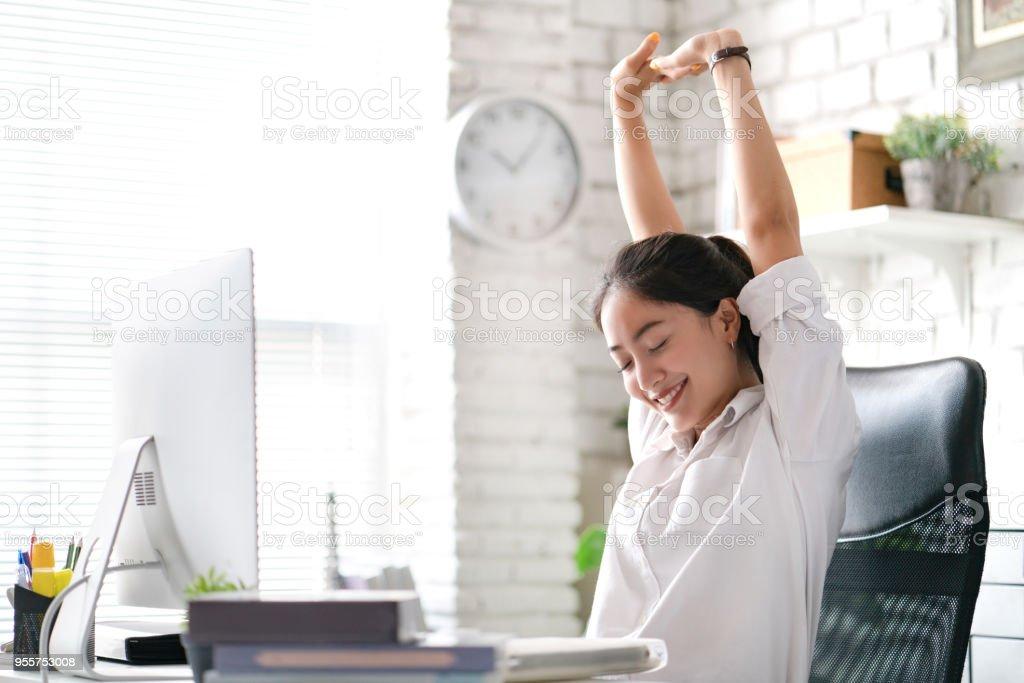 Femme d'affaires Relax du travail. Au bureau photo libre de droits