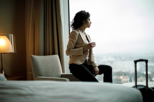geschäftsfrau entspannend in einem hotelzimmer - 5 sterne hotel türkei stock-fotos und bilder