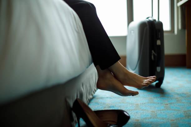 entspannen sie sich auf bett in einem hotelzimmer geschäftsfrau - 5 sterne hotel türkei stock-fotos und bilder