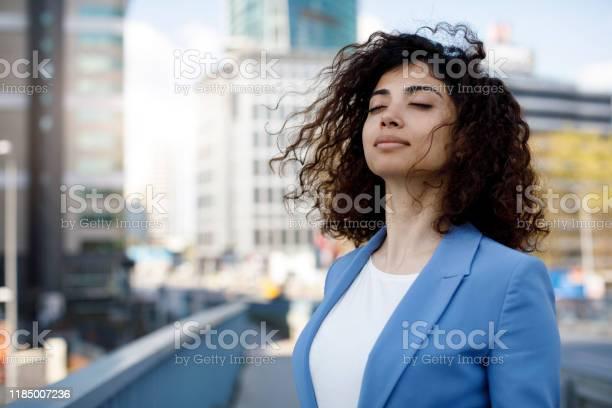 Zakenvrouw Ontspannend Buiten Stockfoto en meer beelden van Ademhalingsoefening