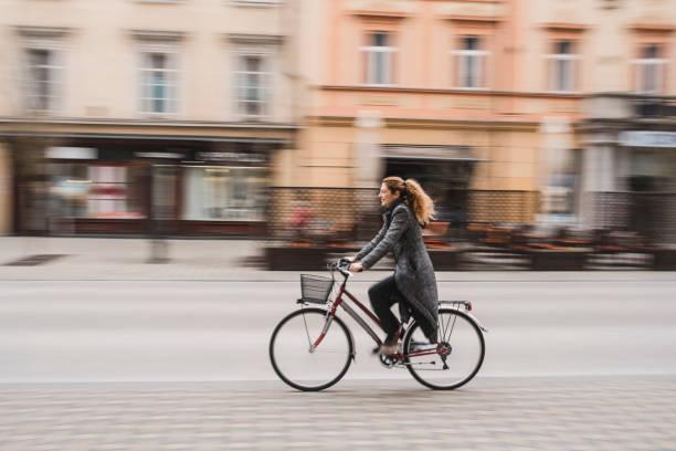 Geschäftsfrau, die mit dem Fahrrad in die Stadt fahren – Foto