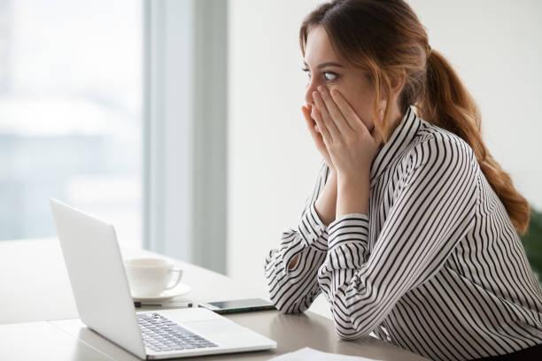 geschäftsfrau, die runden augen schockiert mit firma börsencrash - fehlermeldung stock-fotos und bilder
