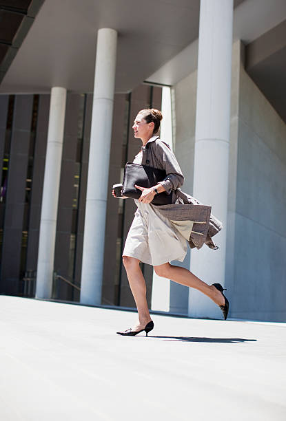 geschäftsfrau laufen im freien - porzellan druck stock-fotos und bilder