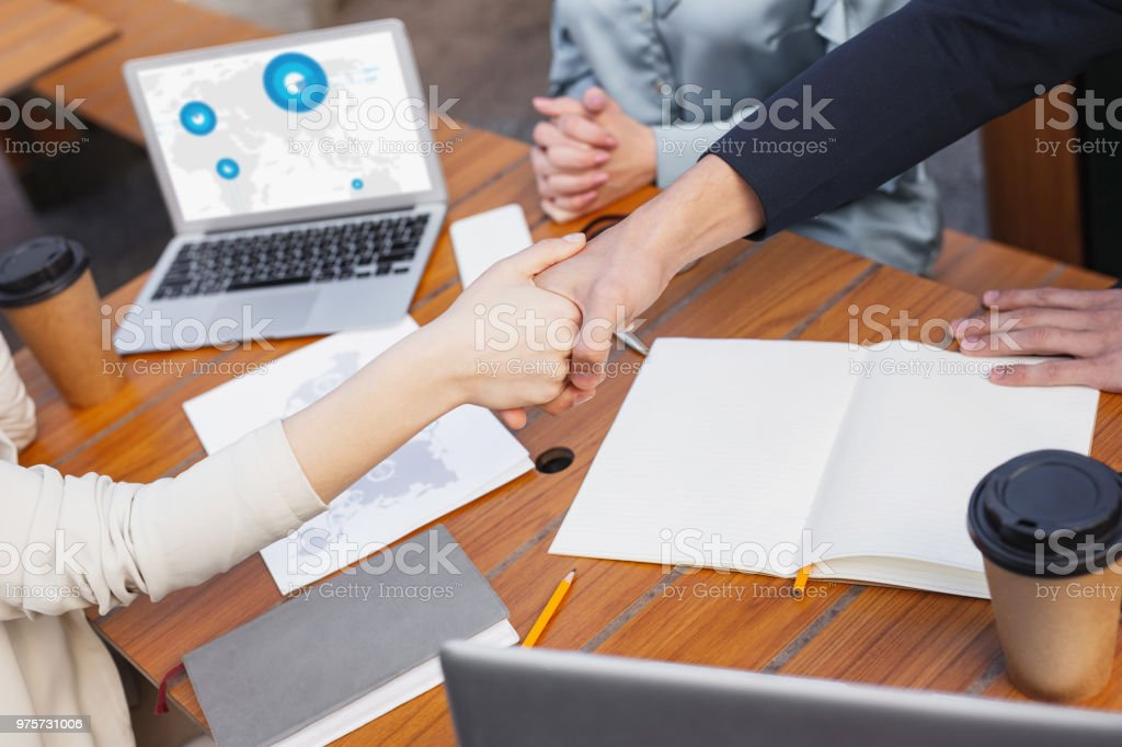 Geschäftsfrau, die Hand ihres erfolgreichen Kollegen schütteln - Lizenzfrei Anwerbung Stock-Foto