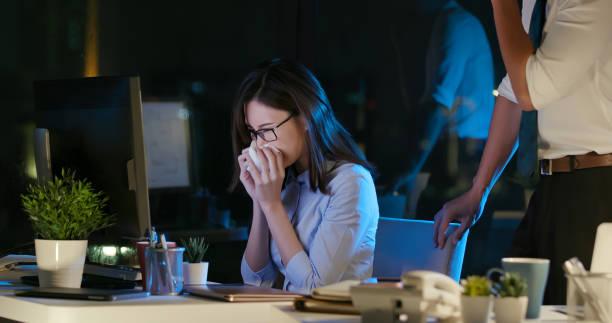 仕事中に病気のビジネスウーマン - くしゃみ 日本人 ストックフォトと画像