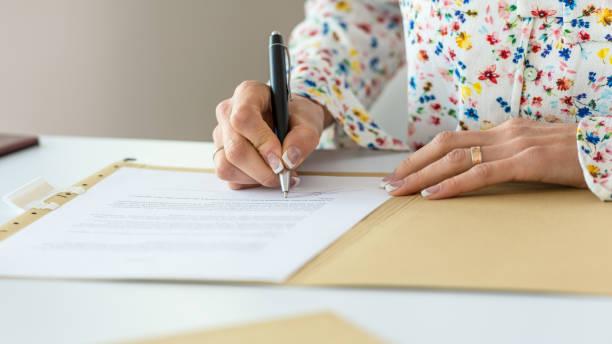 Geschäftsfrau unterzeichnet Vertrag – Foto