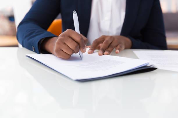 geschäftsfrau unterzeichnet vertrag - unterschrift stock-fotos und bilder