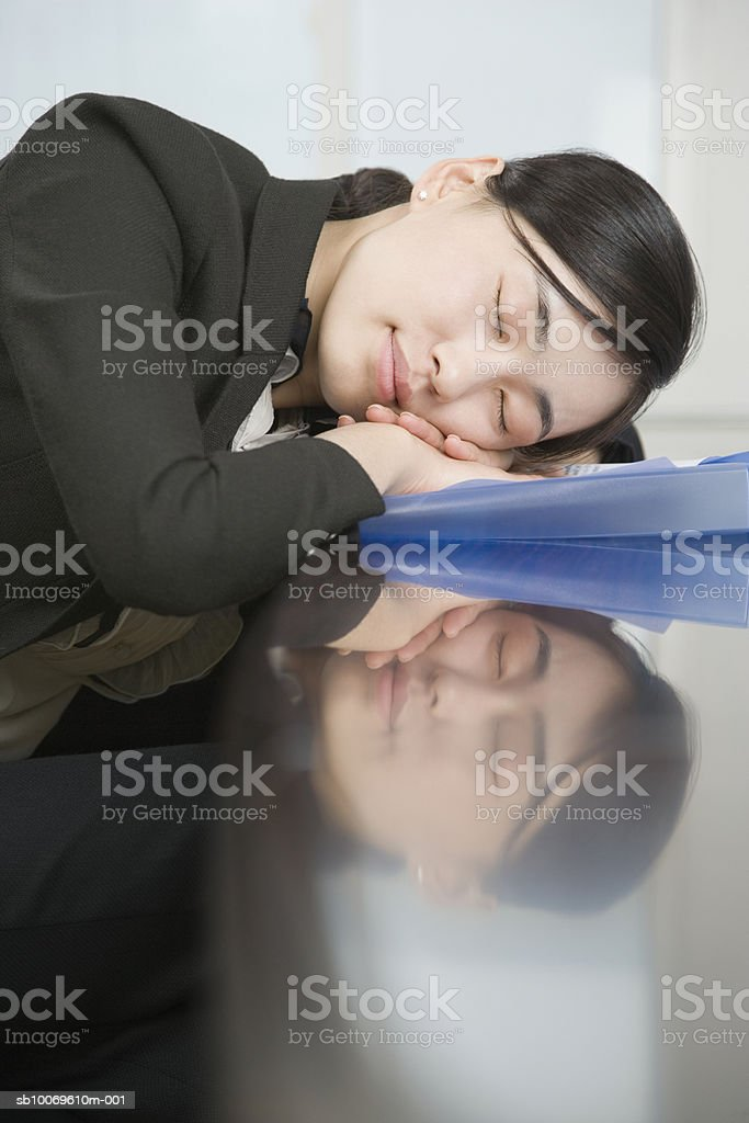 Businesswoman sleeping at desk, close-up, side view 免版稅 stock photo