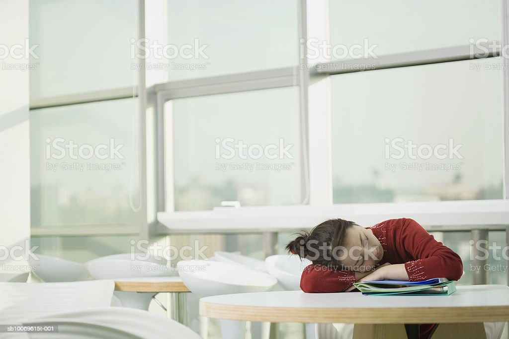 Businesswoman sleeping at table Lizenzfreies stock-foto