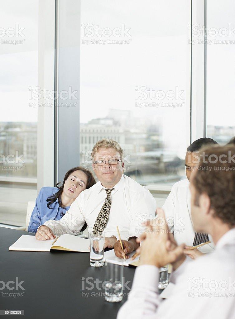 Femme d'affaires dormir dans la salle de conférence lors de réunion photo libre de droits
