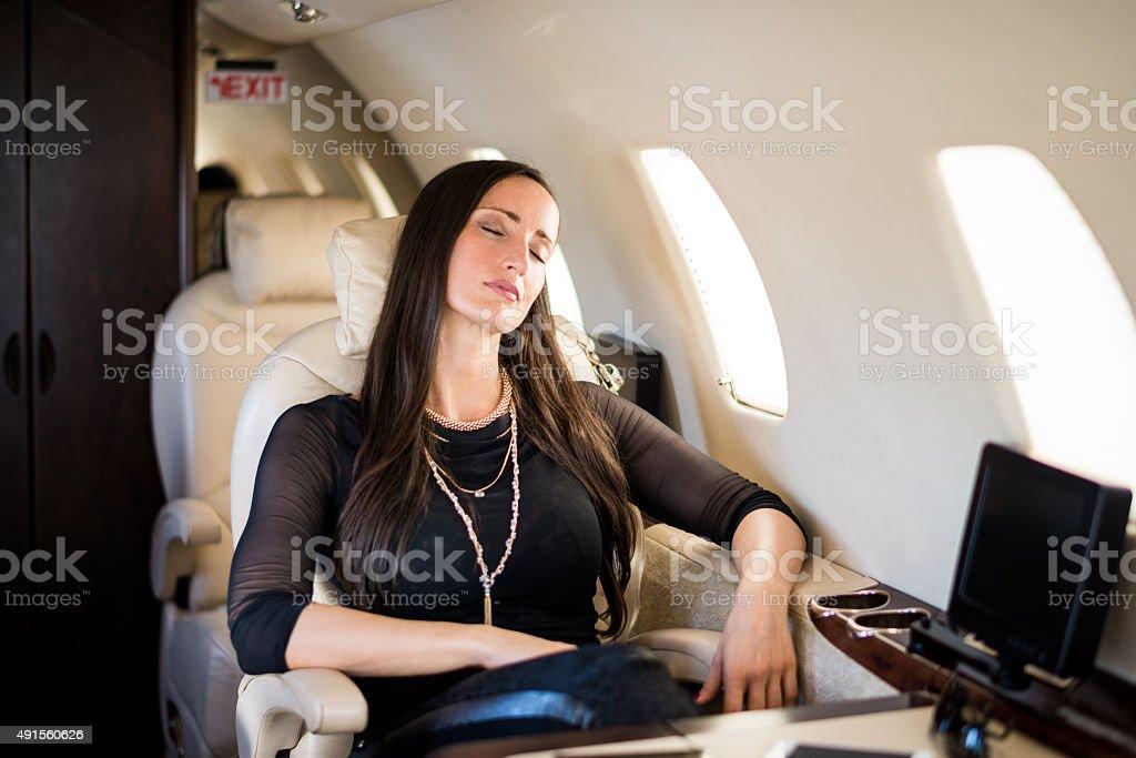 Femme d'affaires dormir dans l'avion jet privé - Photo