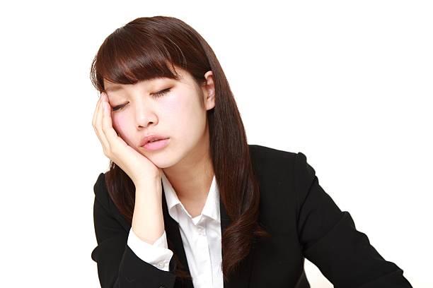 geschäftsfrau schlafen auf dem schreibtisch - sandmann stock-fotos und bilder