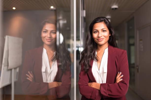 Geschäftsfrau, die am Fenster stehend – Foto
