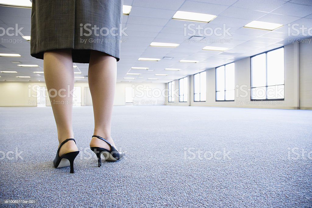 Businesswoman standing in empty office, low section foto de stock libre de derechos