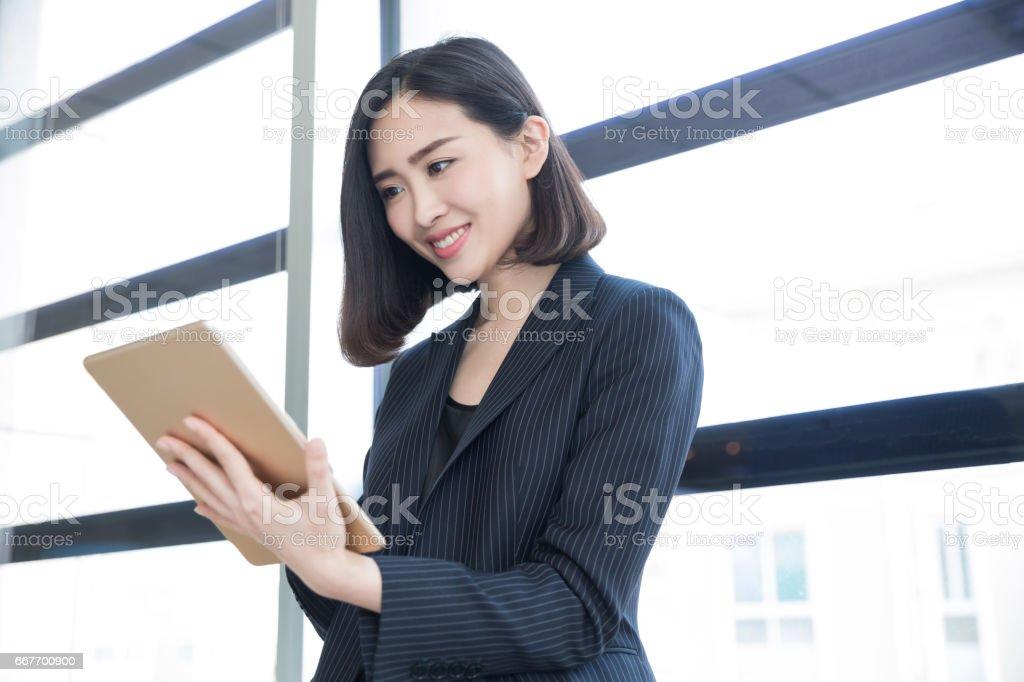 Geschäftsfrau, die Fenster im Büro in der Nähe stand – Foto