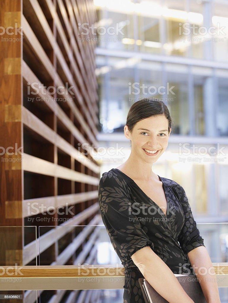 Femme d'affaires debout sur le balcon de l'atrium photo libre de droits
