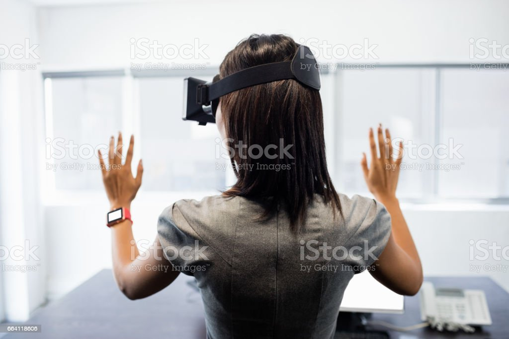 Businesswoman standing while using a virtual glasses foto stock royalty-free