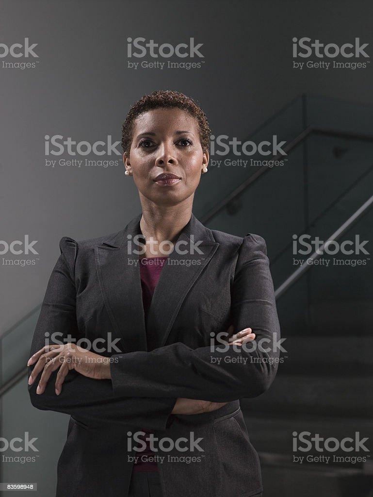 Donna d'affari in piedi con le braccia incrociate, verticale foto stock royalty-free