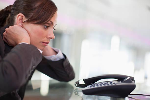Femme d'affaires regardant de téléphone à appeler en attente pour - Photo